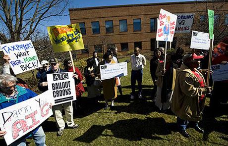 Manifestación ante la sede de la aseguradora en protesta por las primas. | Ap