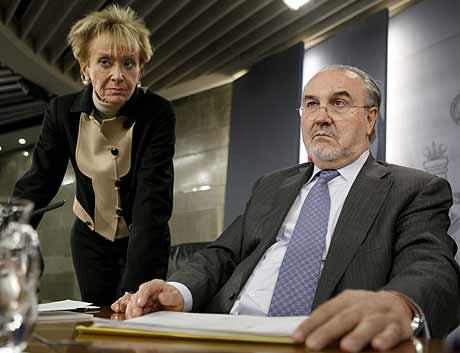 De la Vega y Solbes, durante la rueda de prensa tras el Consejo de Ministros. | Efe