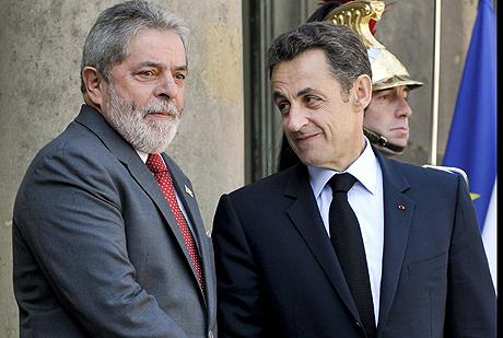 El presidente de Brasil, Luiz Inacio Lula da Silva (izq.), saluda al presidente fráncés, Nicolas Sarkozy. | Efe