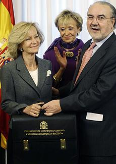 La nueva vicepresidenta segunda, Elena Salgado (dcha), junto a la vicepresidenta primera, María Teresa Fernández de la Vega, y el ex vicepresidente, Pedro Solbes. | Reuters