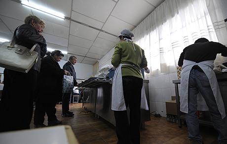 Cola de espera en el comedor de Móstoles. AFP