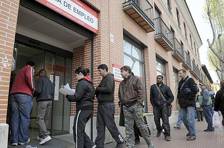 Varias personas hacen cola en una oficina del Inem. | Fernando Villar
