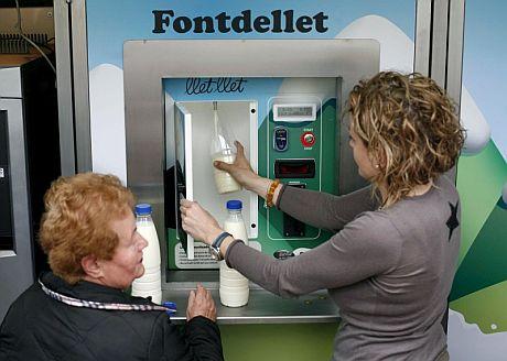 La primera máquina expendedora de leche a granel instalada en Salt, Girona.   Efe