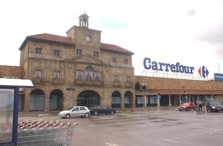 Fachada del centro comercial Carrefour en Avilés. | F. Mugica