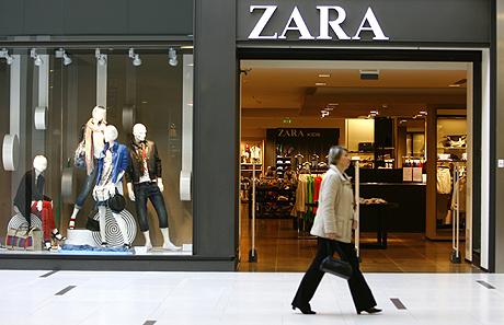 Una mujer pasa junto a una tienda de Zara. | Reuters