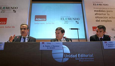 El ministro de Trabajo, Celestino Corbacho (izq.), el director de EL MUNDO (centro), Pedro J. Ramírez, y el presidente de Adecco España, Enrique Sánchez. | Foto: José Ayma