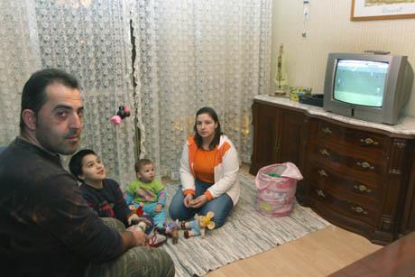 Familia portuguesa residente en Palencia, ambos en el paro y con un aviso de embargo de su piso, posan son sus hijos de 8 años 14 meses. | José Antonio Lion