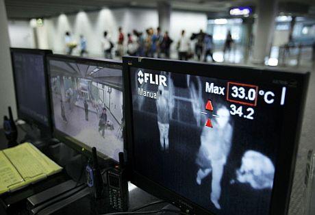 Monitores que miden la temperatura de los pasajeros en el aeropuerto de Hong Kong para prevenir la epidemia. | AFP