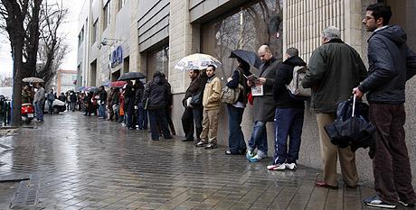 Cola de desempleados en una oficina del Inem de Madrid. | Sergio González