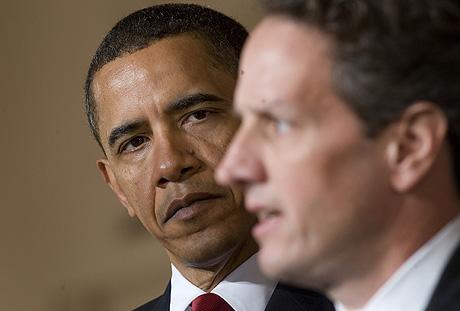 Obama observa a su secretario del Tesoro, Timothy Geithne, en una comparecencia en la Casa Blanca sobre la reforma de impuestos, el pasado 4 de mayo. | Afp
