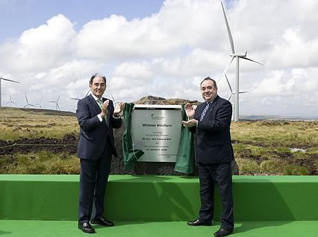 El presidente de Iberdrola, Ignacio Sánchez Galán (izq.), y el primer ministro de Escocia, Alex Salmond, inauguran el parque. | Iberdrola