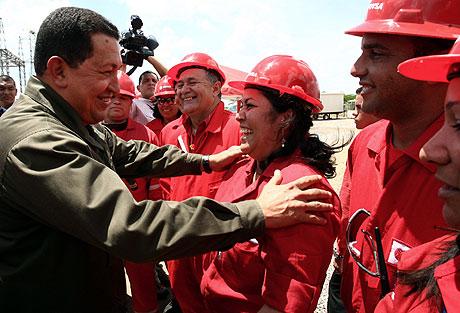 Chávez, con algunos trabajadores de PEDEVESA. | Afp