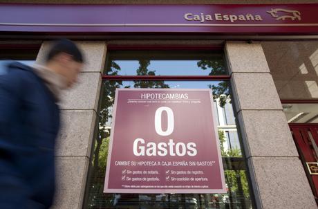 Un anuncio de hipotecas en Caja España. | Gonzalo Arroyo