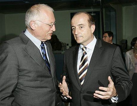 Sebastián dialoga con el comisario de Industria de la UE, Guenter Verheugen. | AP
