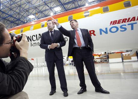 El conseller Gerardo Camps y el consejero de Air Nostrum, Carlos Bertome. | José Cuéllar