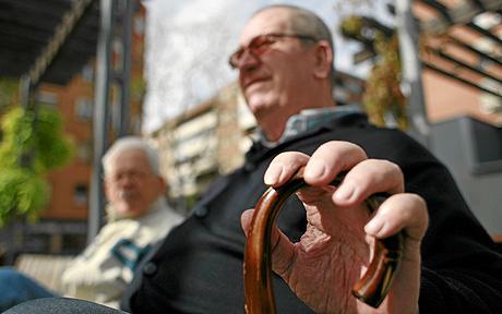 Pensionistas en un parque de Madrid.   Carlos Alba