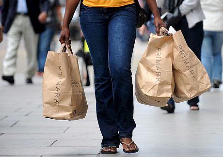 Una mujer transporta unas bolsas de la cadena de tiendas Primark. | Efe