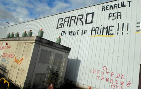 Un contenedor de gas en la fábrica con pintadas de los trabajadores. | Efe