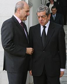 El vicepresidente tercero del Gobierno, Manuel Chaves, con el presidente de Unicaja, Braulio Medel. | Conchitina