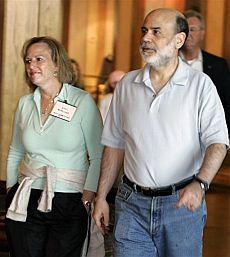 El presidente de la Fed, Ben Bernanke, acompañado de su mujer Anna. | AP