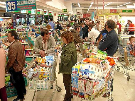 Consumidores hacen la compra en un gran supermercado. | Mitxi