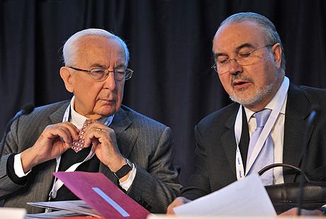 Solbes (dcha.) y el francés Jacques de Larosière, en las conferencias de Gotemburgo.   AFP