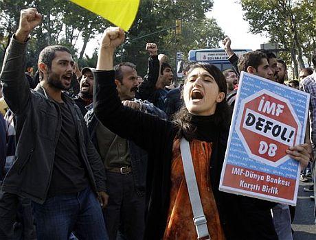 Protestas 'antiglobalización' contra el FMI en Estambul. | AP