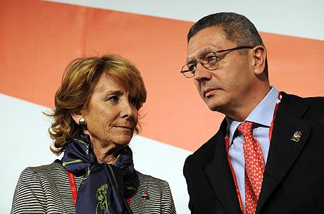 Esperanza Aguirre, presidenta de la Comunidad de Madrid, junto a Alberto Ruiz Gallardón, alcalde del Ayuntamiento de Madrid, en Copenhague, tras la rueda de prensa para promover la candidatura de la capital a los Juegos Olímpicos de 2016.   AFP