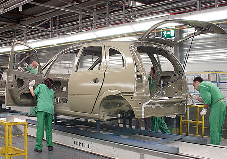 Tres operarios de Figueruelas en la cadena de fabricación del Opel Meriva. | elmundo.es