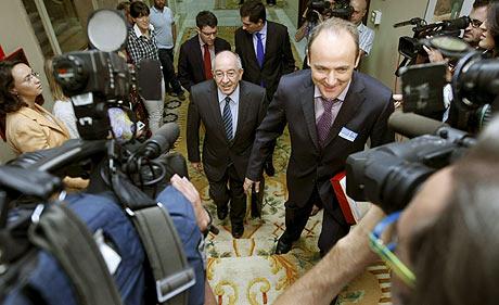 Miguel Ángel Fernández Ordóñez, gobernador del Banco de España, a su llegada a la Comisión de Presupuestos del Congreso, en Madrid.   Efe