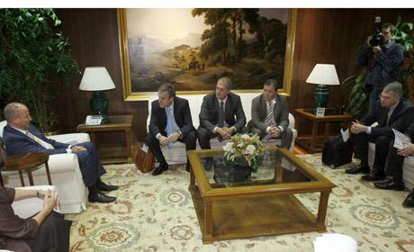 Los sindicatos y el ministro de Industria, durante la reunión de ayer con Magna.   Reuters