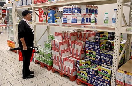 Un hombre mira los precios de la leche en un supermercado. | Alberto Cuéllar
