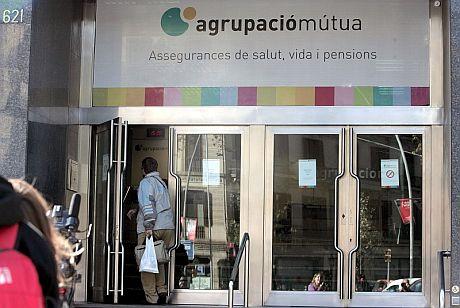 Vista de la fachada de la sede de la Agrupació Mútua en Barcelona. | Efe