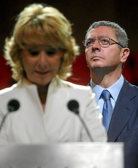 Gallardón escucha a Aguirre durante un acto en 2008. | Antonio Heredia