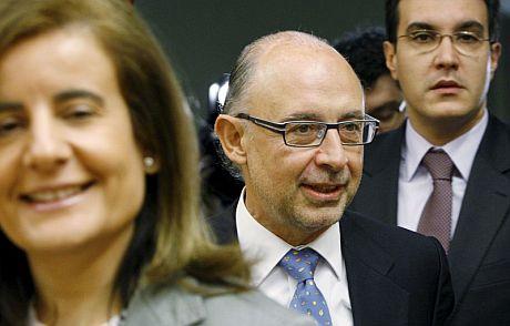 El portavoz económico del PP, Cristóbal Montoro (centro), a su llegada a la Comisión de Presupuestos. | Efe