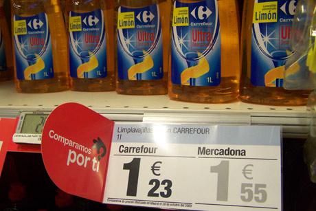 Un producto de droguería en un centro de Carrefour con una banderola que compara su precio con el de Mercadona. | elmundo.es