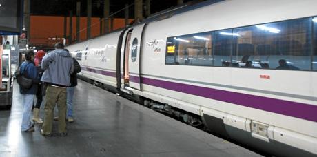 El primer tren del AVE a su llegada a Madrid procedente de Barcelona.   José Ayma