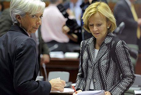 La ministra de Economía, Elena Salgado (d), charla con su homóloga francesa, Christine Lagarde, en la reunión del Ecofin. | Efe