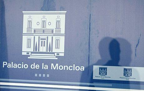 La sombra de Zapatero en la presentación del Informe Económico 2009. | Efe