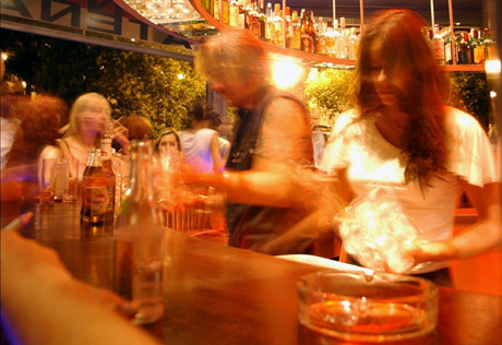 Ver camareras muy guapas en bares es indicio de crisis económica. | Ricardo Cases