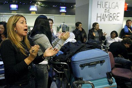 Algunos de los viajeros de Air Comet protestan en Barajas. | Efe