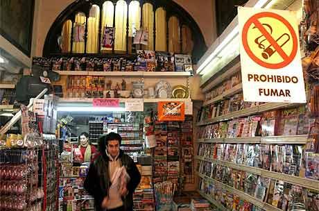 Un quiosco en Valencia, con el cartel de prohibido fumar. | A. Di Lolli