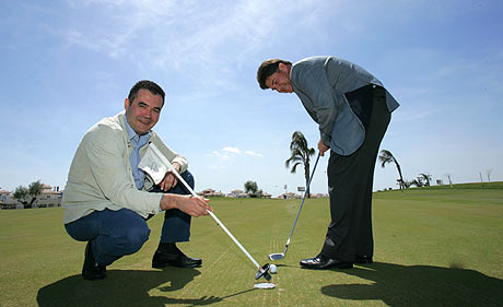 Dos socios de Polaris World juegan al golf en uno de los complejos de viviendas, Murcia. | Fernando López