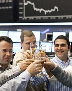 Varios agentes de Bolsa en Fráncfort celebran la última sesión de 2009.   Efe