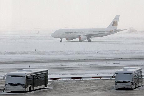 Un avión de Iberia estacionado frente a la T-2 del aeropuerto de Barajas. | Efe