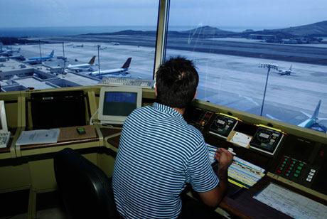 Un controlador trabajando en un aeropuerto español. | ELMUNDO.es