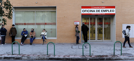 Cola en una oficina del Inem en Madrid. | Bernardo Díaz