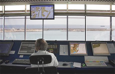 Un controlador en una torre de control del aeropuerto de El Prat. | Santi Cogolludo