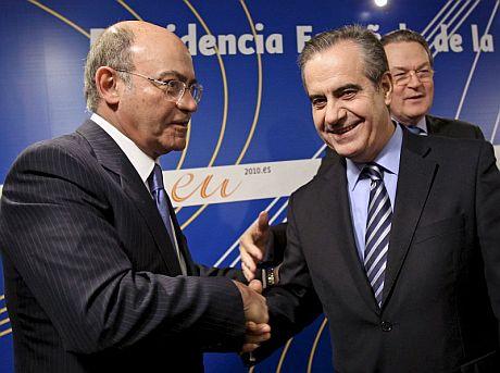 El ministro de Trabajo, Celestino Corbacho (d), estrecha la mano del presidente de la CEOE, Gerardo Díaz Ferrán. | Efe