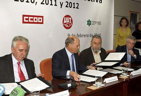 Los presidentes de las patronales CEOE y CEPYME, Gerardo Díaz Ferrán (2i) y Jesús Bárcenas (i), y los secretarios generales de UGT y CCOO, Cándido Méndez (2d) e Ignacio Fernández Toxo (d), firman el acuerdo. | Efe